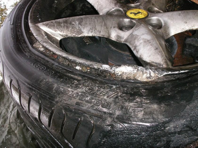 Bildbevis för att lufttrycket var för litet i det kurvyttre bakdäcket på den totalhavererade Ferrarin