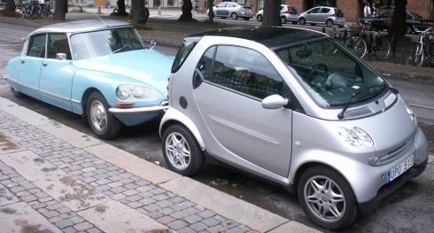 Oavsett antalet stjärnor i krocktesterna hos Euro-NCAP, så skyddar småbilar sämre mot inre skador. Den tekniska utvecklingen mellan 1950-talets Citroen och 2000-talets Smart ändrar inte på människans biomekanik. Halveras deformationszonens längd så dubbleras G-krafterna på de åkande vid ett tvärstopp.