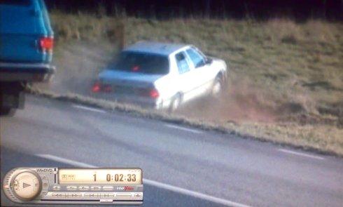 Fjärrstyrd olycksbil (Saab 9000) slår upp jord från åkern med styrmannens följebil i förgrunden