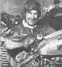 Alvar Strandberg bakom sin motorcykel efter segern i internationella sexdagars 1950