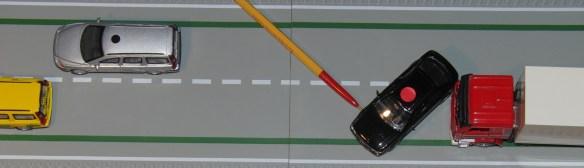 Stor sidkraft (här röd pil) från vägen på framhjulen vrider bilen moturs omkring sin tyngdpunkt.