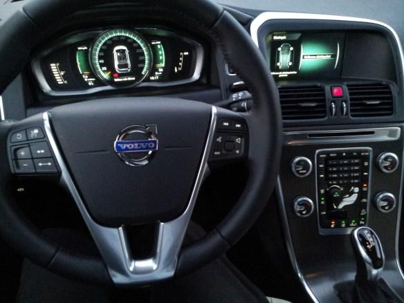 Förarplats i Volvo XC60 BE Pro 2015 med Driver Support och däcktryckssensorer.