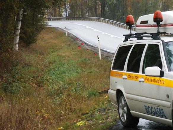 Foto på olyckskurvans utgång med markering av spår från den kraschade bilen.