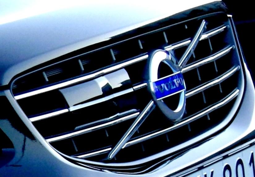 Volvo XC60 2015 med skyddsplatta för radarn i ACC-systemet.