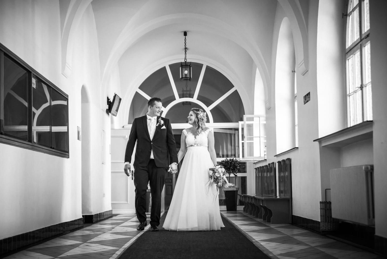 Frisch getrautes Paar läuft durch die Gänge des Standesamtes in Remscheid gleich im Anschluss ging es für mich als Hochzeitsfotografin mit den beiden nach Hückeswagen