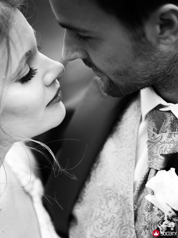 Brautpaar kurz vorm Kuss. Gewinnerbild Wedding Photographer Society Award.