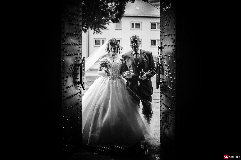 Einzug der Braut im Prinzessinnenkleid mit ihrem Vater in de Kirche - Gewinnerbild Wedding Photographer Society