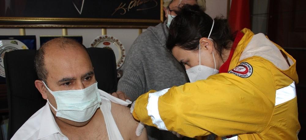Kaymakam Ünal korona virüs aşısının ilk dozunu yaptırdı