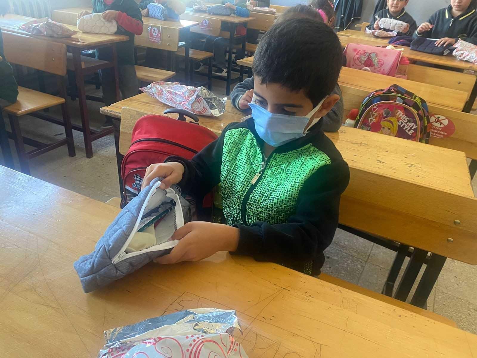Atık kumaşları kalemliğe dönüştürüp köy öğrencilerine ulaştırdılar