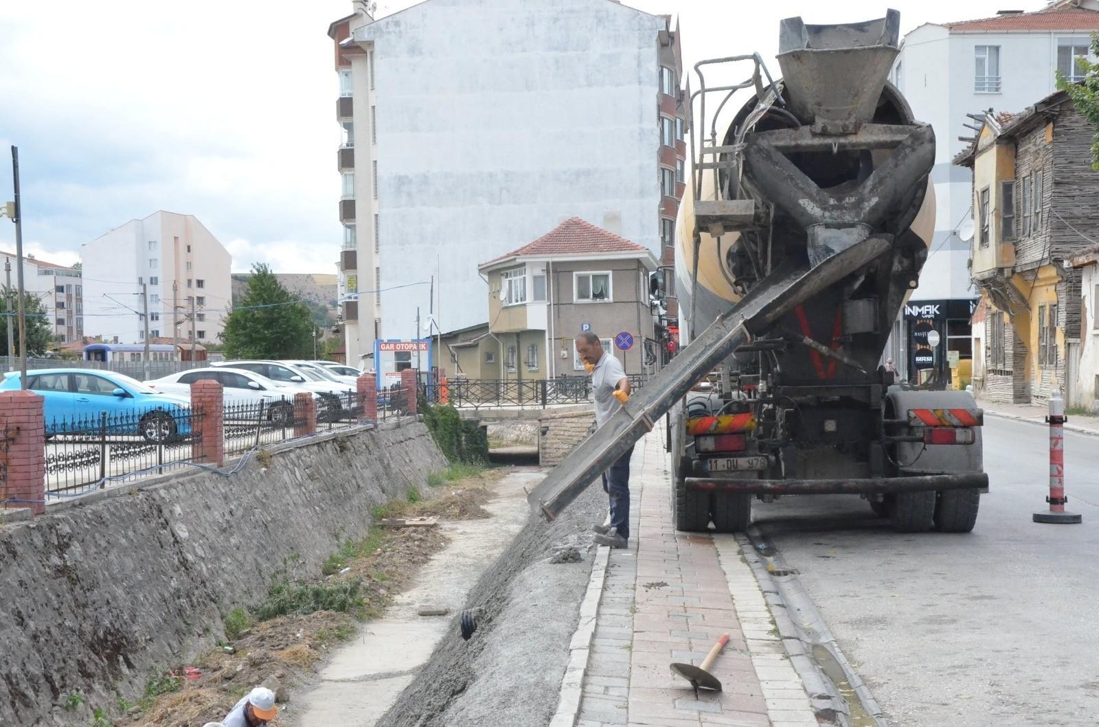 TCDD kanalı kenarına beton atıldı