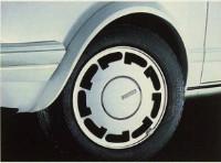 Lakerede skærmkanter og særlige Pirelli-fælge med brede dæk på specialmodellen (billede fra original brochure)