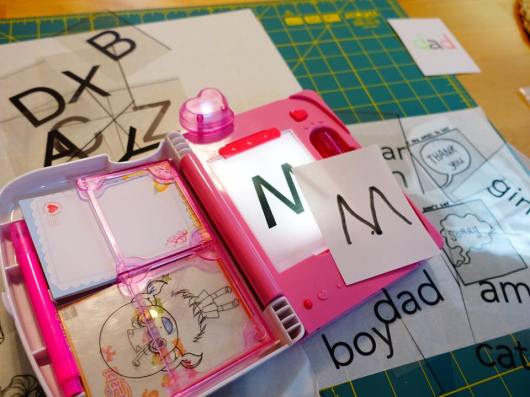 Maya使用「小小漫畫家」練習書寫字母。