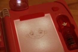 將描圖紙和臉部表情幻燈片放在透寫台上面,可以清晰依照線條來描繪。