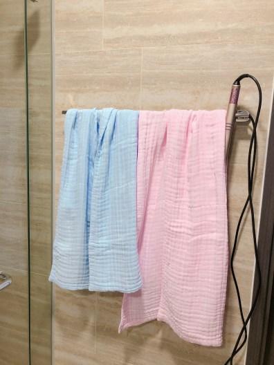 照片攝於新加坡的民宿浴室中。藍色小條是威利的,粉紅大條是鰻魚的。