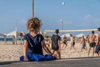 child-watching-volleyball-tel-aviv