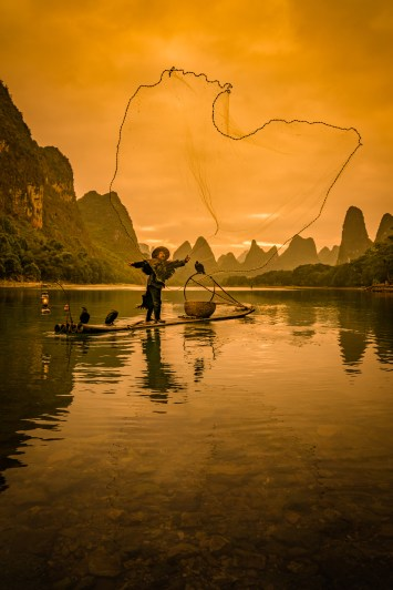 casting-net-cormorant-fisherman-guilin-china