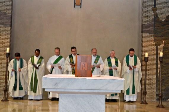 Eucharistiefeier, von rechts: Pastor Stefanowski, Pstor Wätjer, Diakon Mannheimer, Pfarrer Diederich, Diakon Kleinewiese, Pastor Ene, Pastor Santos Reis Sergio