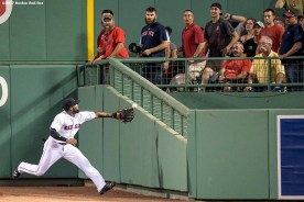BOSTON, MA - JUNE 11: Jackie Bradley Jr. #19 of the Boston Red Sox reaches for a line drive during the fifth inning of a game against the Detroit Tigers on June 11, 2017 at Fenway Park in Boston, Massachusetts. (Photo by Billie Weiss/Boston Red Sox/Getty Images) *** Local Caption *** Jackie Bradley Jr.
