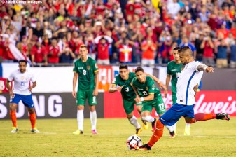 FOXBOROUGH, MASSACHUSETTS - JUNE 10: Arturo Vidal of Chile kicks the game winning goal on a penalty kick during a group D match between Chile and Bolivia at Gillette Stadium as part of Copa America Centenario US 2016 on June 10, 2016 in Foxborough, Massachusetts, US. (Photo by Billie Weiss/LatinContent/Getty Images) *** Local Caption *** Arturo Vidal