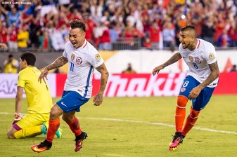 FOXBOROUGH, MASSACHUSETTS - JUNE 10: Arturo Vidal of Chile reacts alongside Eduardo Vargas after scoring the game winning goal on a penalty kick during a group D match between Chile and Bolivia at Gillette Stadium as part of Copa America Centenario US 2016 on June 10, 2016 in Foxborough, Massachusetts, US. (Photo by Billie Weiss/LatinContent/Getty Images) *** Local Caption *** Arturo Vidal; Eduardo Vargas