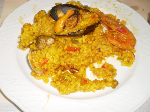 Paella served as a first-course as part of a menú del día.