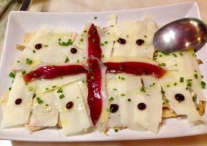 Carpaccio de alcachofas, jamón de pato, parmesano y crema de balsámico trufado. (Carpaccio of artichokes, duck 'ham' with a balsamic reduction wit truffles.)