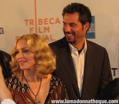 """Madonna et son gérant Guy Oseary lors de la Première du film """"I Am Because We Are"""" en 2008 à New-York."""