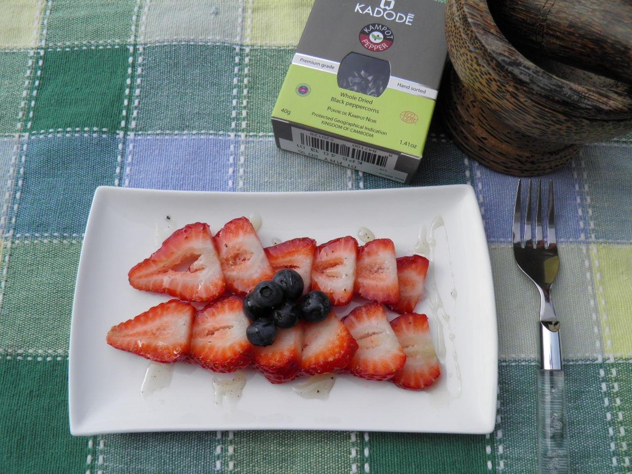 Carpaccio de fraises et Sirop de Poivre de Kampot Noir