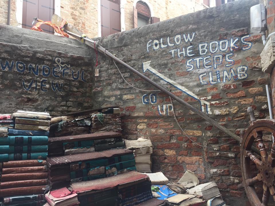 La scala di libri nella libreria Acqua Alta a Venezia