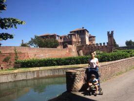 Noi e (sullo sfondo) la Rocca Sforzesca.
