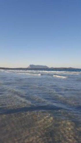 La spiaggia La Cinta e l'isola di Tavolara.