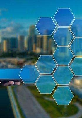 man met tablet met hokjes afbeelding bij artikel over hokjesdenken en de huidige hokjesgeest