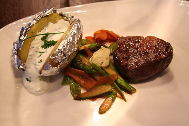 Steak mit Spargel und Ofenerdäpfel