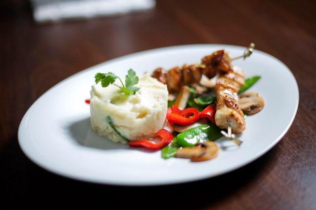 Hühnerspieße mit Püree & Wokgemüse (Foto: Bubu Dujmic)