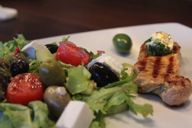 Kalbskotelett mit griechischem Salat