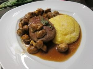 Hüferlsteak mit Parmesanpolenta