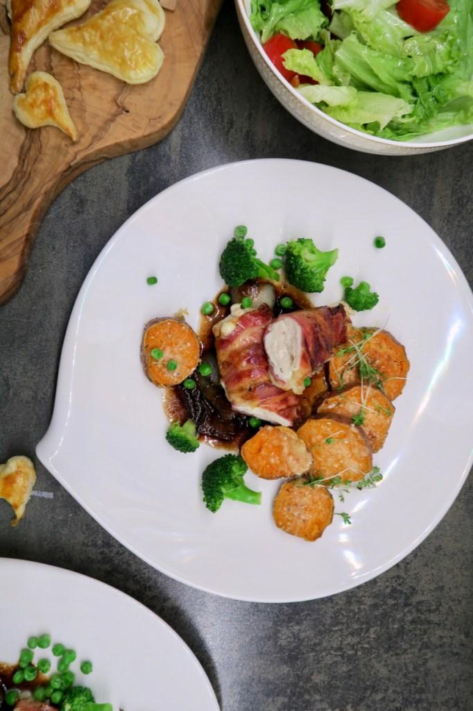 Huhn im Speckmantel, Balsamico-Kirschsauce & Süsskartoffeln mit Parmesankruste