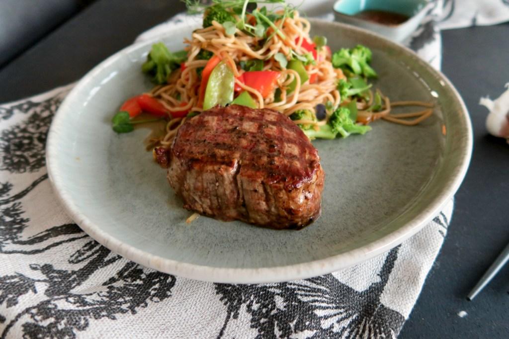 Filetsteak mit gebratenen Asia Nudeln & Wokgemüse