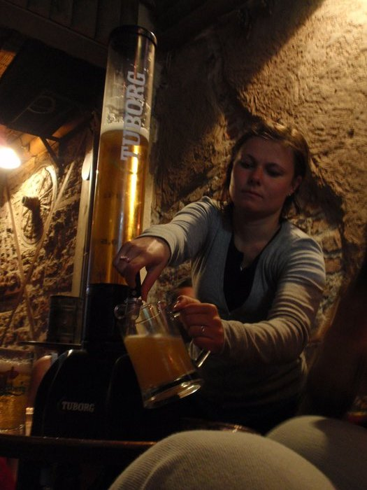 Vici beim Bier trinken, ja sie trinkt immer so viel