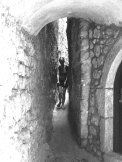Kroatien - Insel Krk - Ort Vrbnik - die wohl engste Gasse der Welt