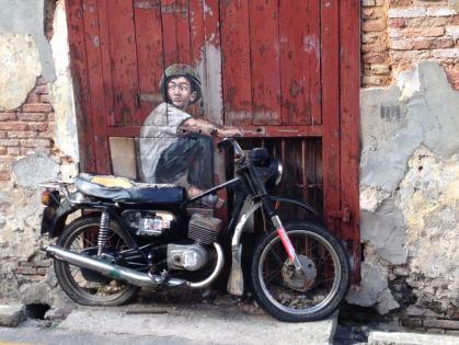 Junge auf dem Motorrad in George Town