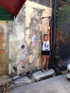 Kinder spielen Basketball in George Town