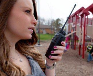 Motorola DP1400 vrouw met portofoon