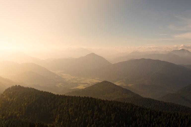 Seitliche Sonneneinstrahlung beim Sonnenaufgang am Jochberg