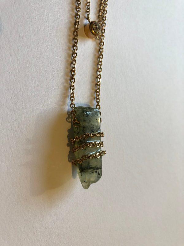 pendentif en pierre avec chainette