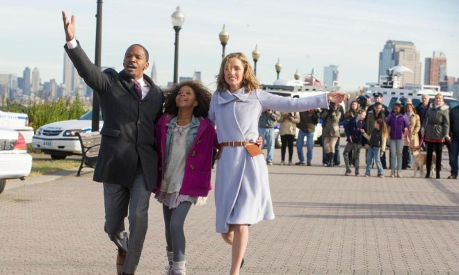 still-of-jamie-foxx-rose-byrne-and-quvenzhanc3a9-wallis-in-annie-2014-large-picture