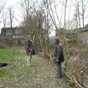 Svenja und Howard bauen den Weidenzaun