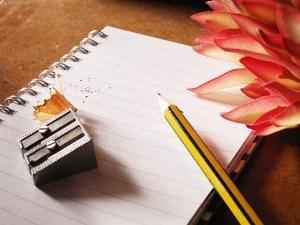 Bloc note et crayon à papier   Auteur : PublicDomainPictures, licence CC0