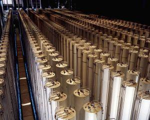 1920px-Gas_centrifuge_cascade