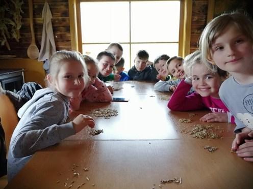 Deti preberaju ovos